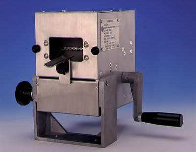 Machine manuelle a fermer plier et sertir les tubes souples 1